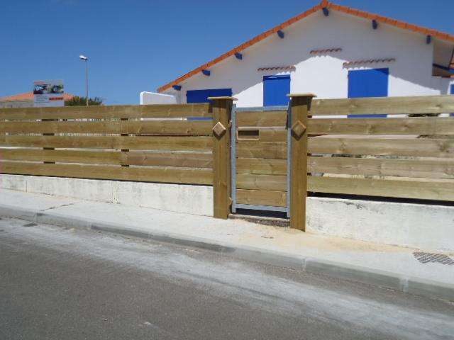 clôture bois en Pin, clôture lames horizontales, portail acier ...