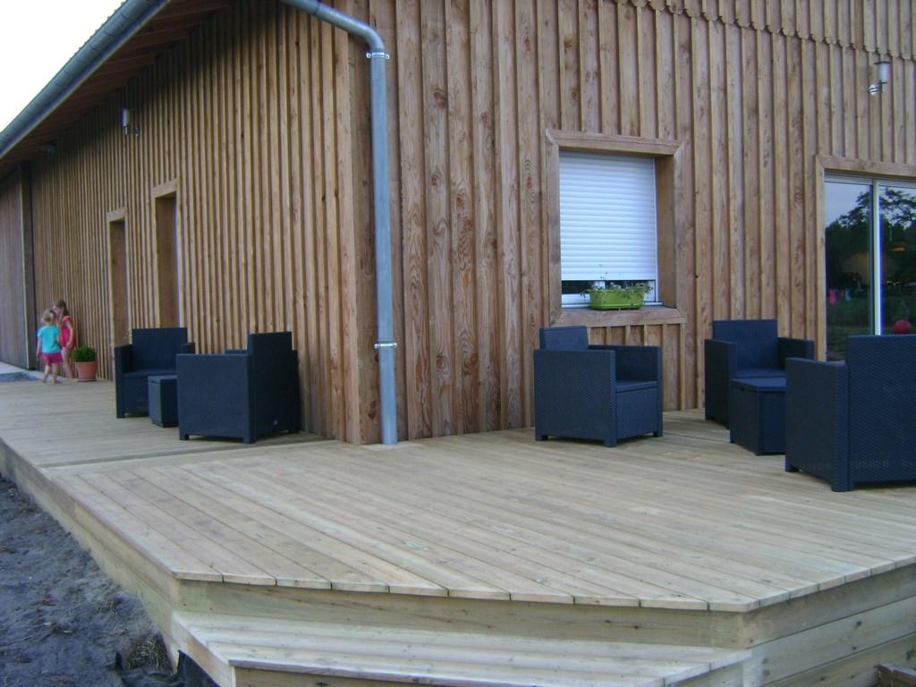 Pose terrasse bois facile diverses id es de for Terrasse entree maison