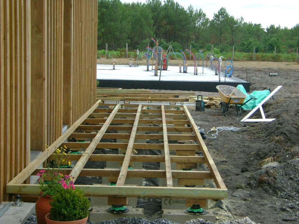 Pose terrasse bois double structure for Piscine structure bois