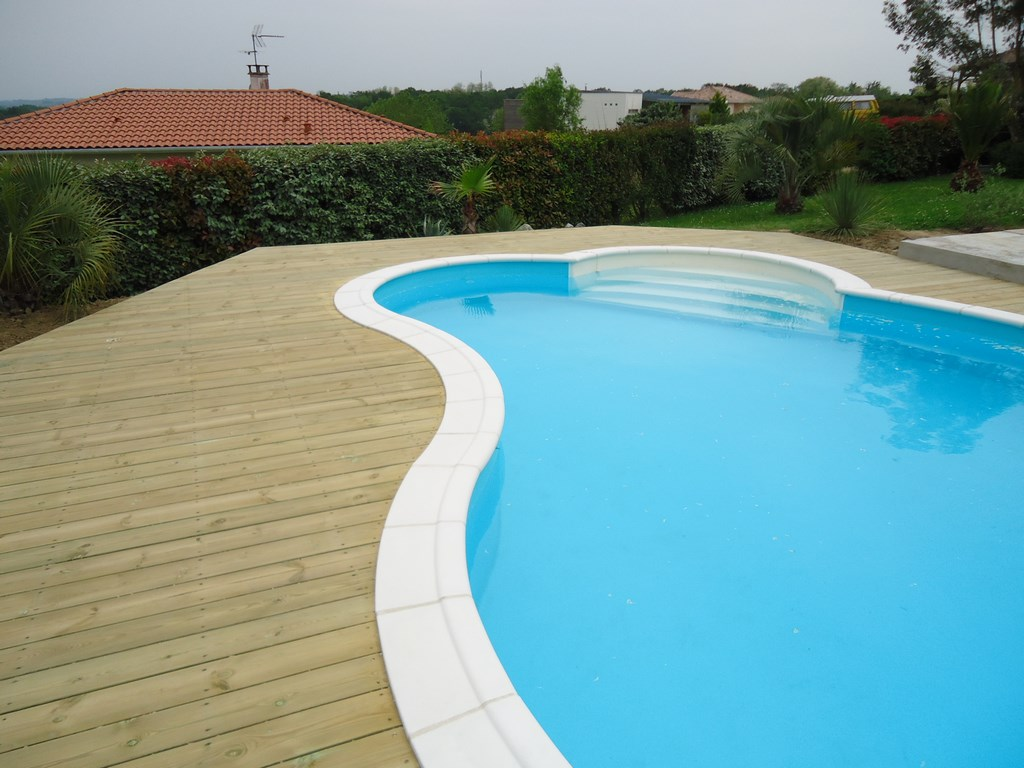 Terrasse bois piscine avec margelle for Margelle piscine