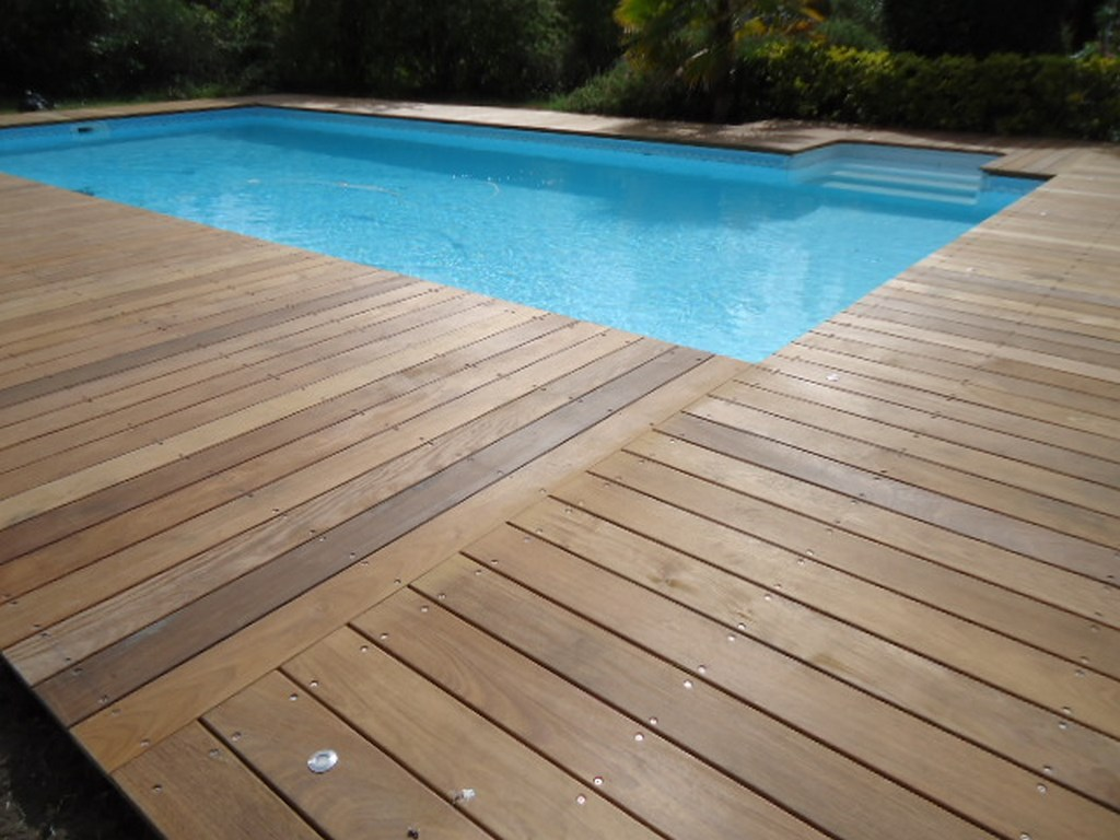 Finition terrasse bois autour piscine for Terrasse piscine composite